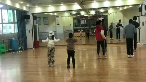 6岁小朋友第一次学街舞,扭起来好可爱,吸引一