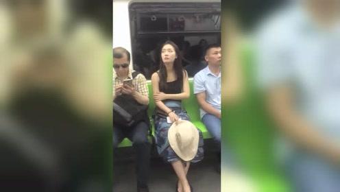 地铁偶遇一位气质美女,接下来的这一幕,孩子的名字我都想好了