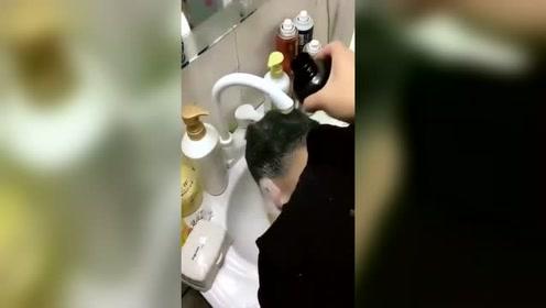 小姐姐恶搞正在洗头的老公,我看这媳妇不能要