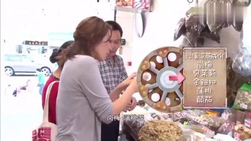"""香港美食:刘心悠带""""妈妈""""逛香港菜市场,两人站在一起尴尬了"""