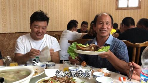 常输学习完养猪知识吃大餐,有鸡有鱼有肘子,吃的满嘴流油真过瘾