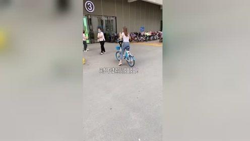爆笑视频:成年人怎样才能不动声色的骑电动车。