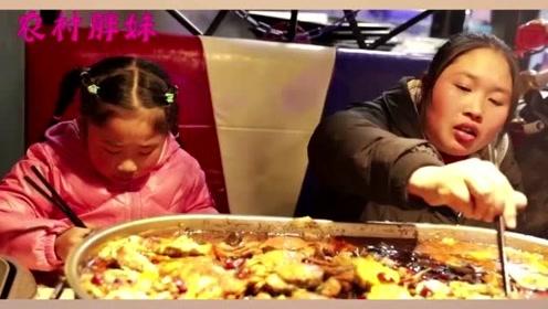 胖妹和大洋吵架,带女儿出来吃海鲜大餐,三瓶酒下肚,和女儿吐槽老公