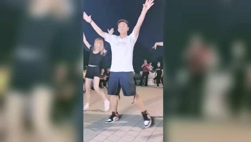 精神小伙跳广场舞真帅气,后面的美女身姿优美有气质