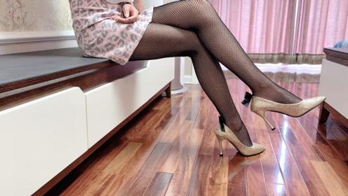 试穿豹纹短裙加一双高跟鞋,搭配一条蝴蝶结竖线黑丝袜,非常漂亮