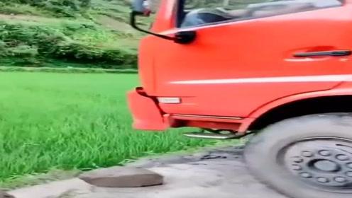 车头陷到深g,还是老司机点子多,不用拖车也能自救!