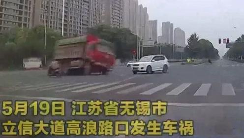 监控视频:江苏无锡发生渣土车侧翻倾压轿车事故致1死1伤