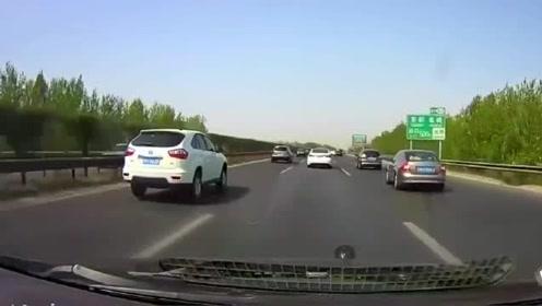 高速上比亚迪突然急刹,视频车想刹车都来不及,直接撞了上去!1