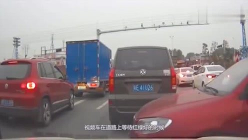 行车记录仪:丰田女司机霸气加塞,视频车只能干瞪眼!
