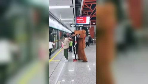 网红熊地铁恶搞美女,被小伙仗义出手捣乱,结局笑翻了