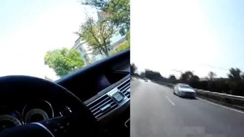 奔驰车停在路上不动,女司机抱怨车开不动,交警打开车门一看瞬间崩溃……