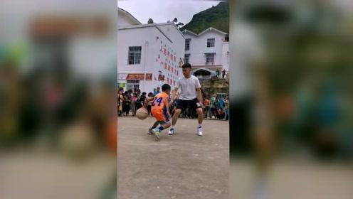 这小男孩篮球玩得那么6,以后最少也是一个CBA!