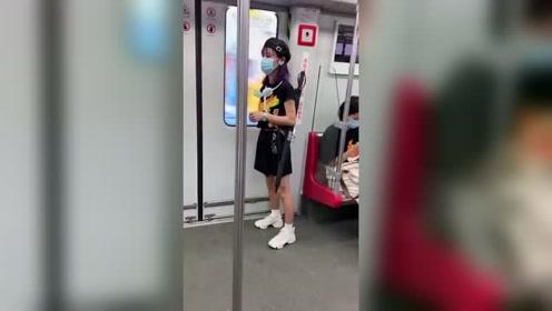 明明能开劳斯莱斯却非要去坐地铁,如此低调的美女有谁见了不心动啊!
