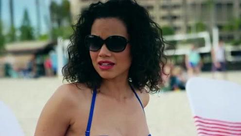 美女正在沙滩上晒太阳,没想到发生地震还炸出可怕生物