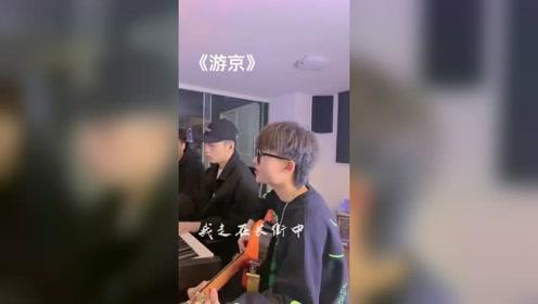 小哥哥翻唱《游京》心痛到什么样才能像小丑一样?