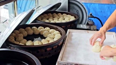 街头美食:台湾街头超受欢迎水煎包,纯手工制作,满满的馅料让人直咽口水!