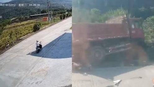 广东一摩托车队乡村公路飙车与货车迎面5连撞!车祸现场一片狼藉……