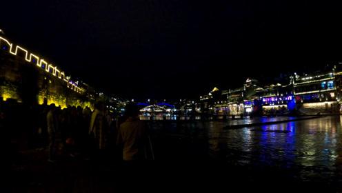 俩夫妻自驾游湖南(114)夜晚游凤凰古城,一进景区就看到漂亮的夜景