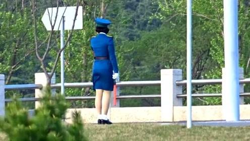 朝鲜的女交通员,要不是有视频,谁相信这样的路段也有人指挥交通?