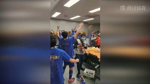 """新王登基!纵情庆祝!首夺中超冠军的苏宁球员,赛后在更衣室疯狂庆祝,高唱""""我们是冠军!""""话说有几位不会歌词的你发现了吗?"""