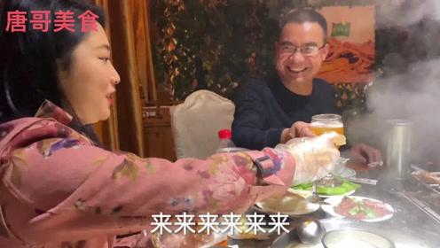 成都郊区吃4000元一只烤全羊,和美女连喝几杯,川妹子真厉害