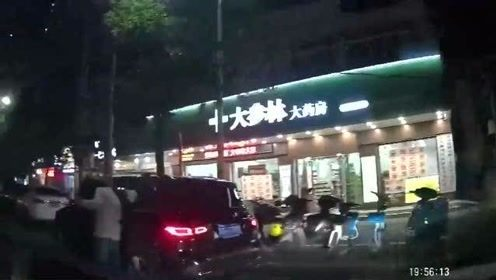 行车记录仪:路边随意停车确实不对,不过视频车司机转弯的技术也是醉了!