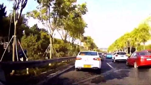 视频司机强行出匝道,公交车师傅丝毫不怂,一脚油门蹭着往前冲