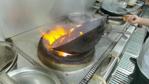 新来应聘厨师,第一天来先把锅烧了一下,老板说这样的师傅要留下!