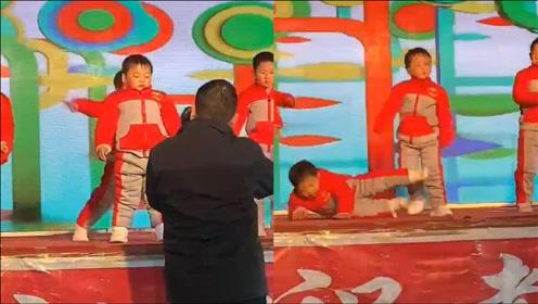 可爱!小朋友在舞台上表演节目时睡着了 无奈老