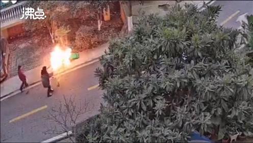 小区垃圾桶着火险些引燃汽车 一群小孩拿饭盆端水往返小跑扑救