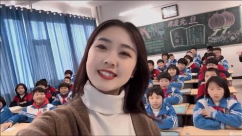 美女老师上网课突然收到老公的视频通话,全班沸腾在线吃个顿狗粮