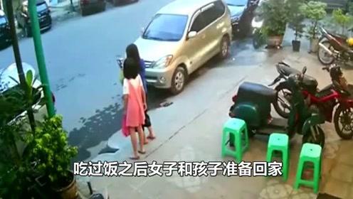 妈妈沉迷玩自拍,女儿发现危险暗中提醒,监控