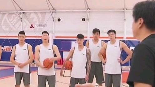 李春江现身上海男篮训练馆!开始为新赛季备战训练!