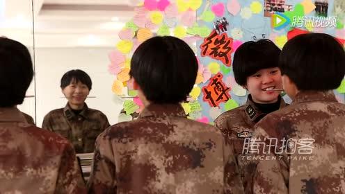 实拍话务女兵嘴咬筷子练微笑
