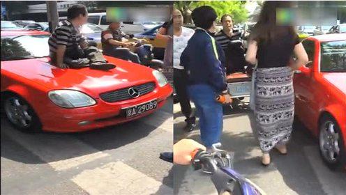 北京奔驰撞上三轮车后发生的