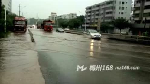 梅州月梅路一侧公路积水四十公分深 小车危险!