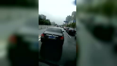 昆明女司机屌炸天,荣威750想红就满足她