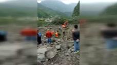 实拍四川茂县滑坡救援现场:官兵在沙石上艰难行走