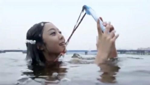 美人鱼拿手机玩自拍