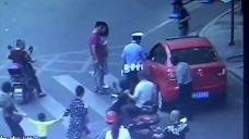家长刚放手,小孩就奔跑过马路,被轿车无情碾