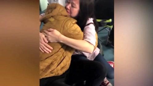 许久未回家的儿子装路人惊喜现身 妈妈的反应让人泪目