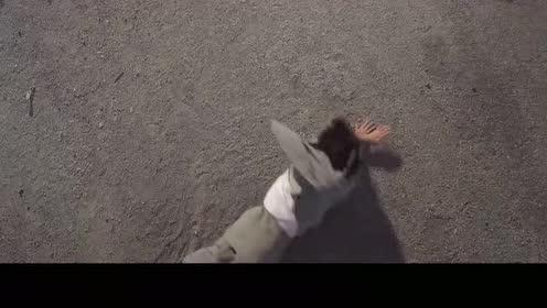 仔细看这个视频中的彩蛋!包租婆撞上广告牌!