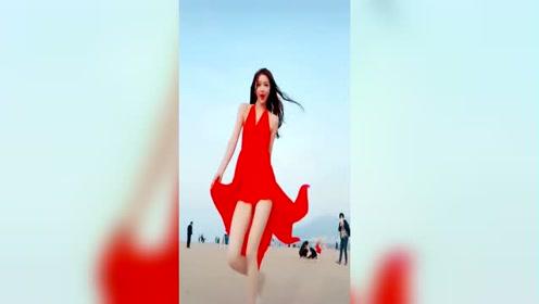 陪美女小姐姐沙滩游玩看把她开心的
