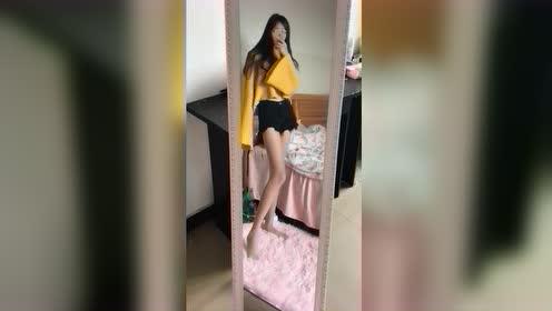 在家无聊的我只能自拍了,你们看我的大长腿,