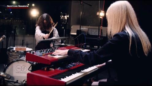 玩的很先进,金发美女带电子的乐队真吸引人