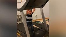 小男孩在跑步机上玩,没想到却关不住了,他直接哭了起来!