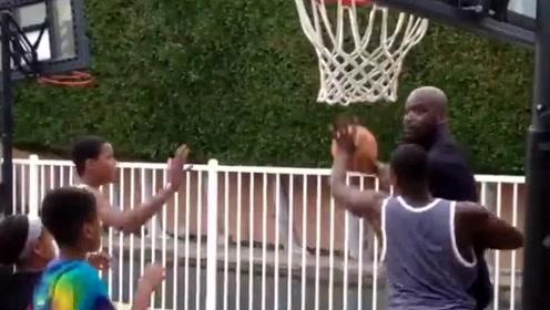 奥尼尔和孩子们在自家后院打球视频:隔扣易如反掌