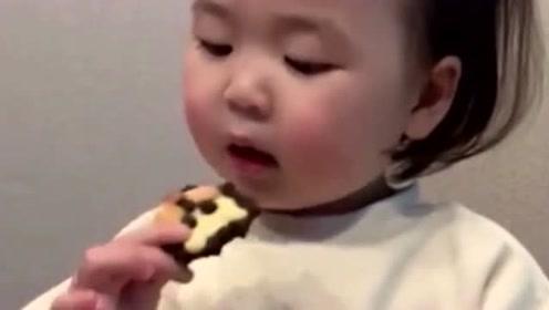 小朋友真是太可爱了,吃到好吃的东西都不舍得