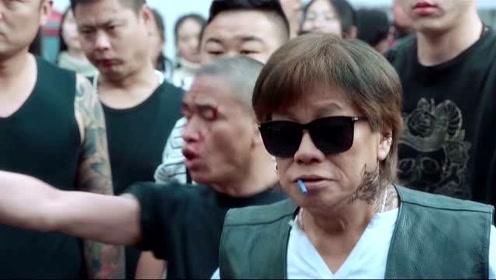 站住小偷:郑云被围攻,关键时刻,直播的群众拯救了他