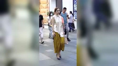 大街上偶遇到美女,这一身打扮,体现了女人古典的美!